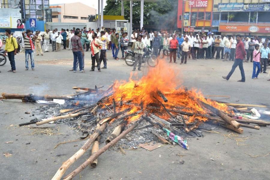 Cauvery water row,Cauvery row,Cauvery water dispute,cauvery water to tamil nadu,Kauvery,Cauvery water,Bengaluru-Mysuru highway blocked,highway blocked