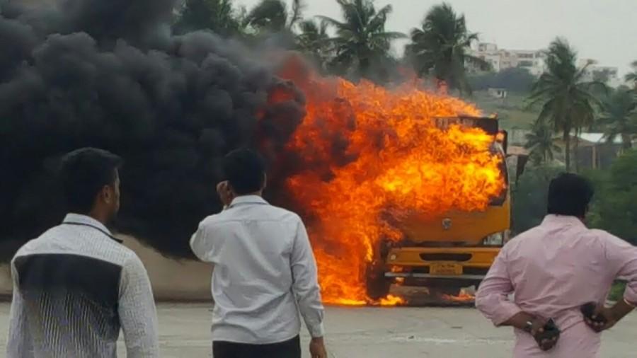 Cauvery water issue,Cauvery water,cauvery water row,cauvery water to tamil nadu,Pro-Kannada activists vandalise Tamil Nadu vehicles,Tamil Nadu vehicles,Tamil Nadu vehicles vandalise