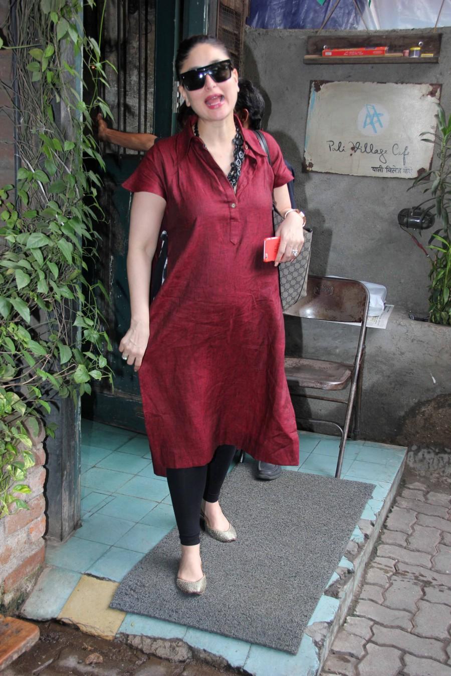 Kareena Kapoor Khan,Kareena Kapoor Khan spotted in Bandra,Kareena Kapoor spotted in Bandra,Kareena Kapoor Khan baby bump,Kareena Kapoor baby bump,kareena kapoor khan baby bump photos,Kareena Kapoor baby bump pics,Kareena Kapoor baby bump images,Kareena Ka