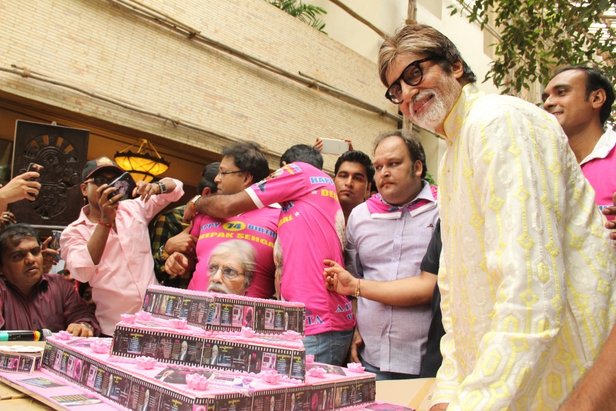 Amitabh Bachchan celebrates his 69th Birthday,Amitabh Bachchan celebrates 69th Birthday,Amitabh Bachchan 69th Birthday,Amitabh Bachchan Birthday Celebration,Amitabh Bachchan Birthday Celebration pics,Amitabh Bachchan Birthday Celebration images,Amitabh Ba