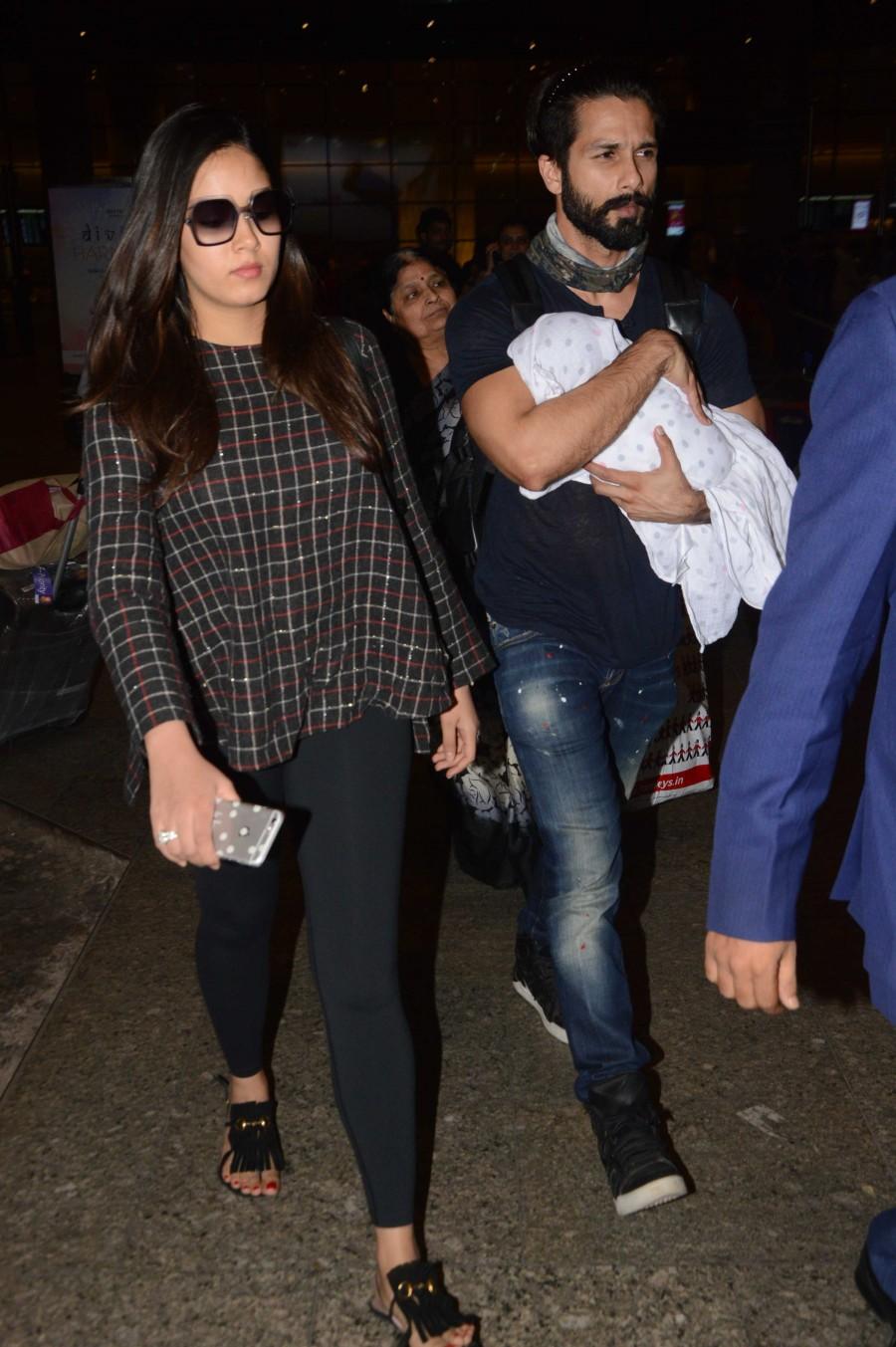 Shahid Kapoor and Mira Rajput,Shahid Kapoor,Mira Rajput,Shahid Kapoor and Mira Rajput in Airport,Shahid Kapoor and Mira Rajput spotted at Airport