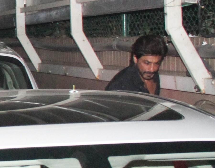 Shah Rukh Khan spotted at Karim Morani's house,Shah Rukh Khan at Karim Morani's house,Shah Rukh Khan,Karim Morani,SRK,srk spotted at karim morani's house