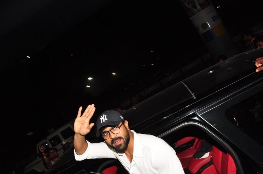 Ram Charan at Hyderabad airport,Ram Charan,Ram Charan Teja,Ram Charan back to Hyderabad airport,Ram Charan back to Hyderabad,actor Ram Charan,Dhruva