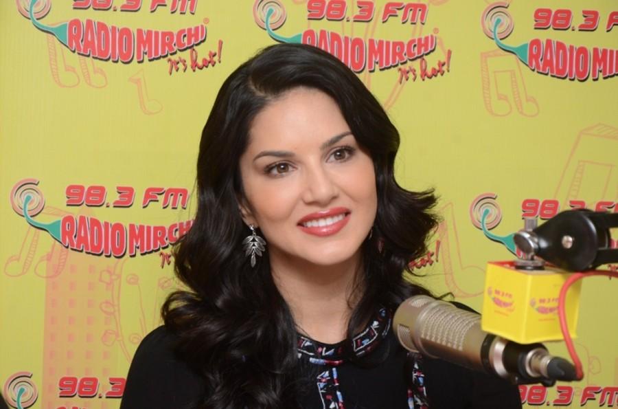 Sunny Leone,Laila Mai Laila,Laila Mai Laila song,Sunny leone Laila Mai Laila,Raees,Shah Rukh Khan,SRK,Shah Rukh Khan and Sunny Leone