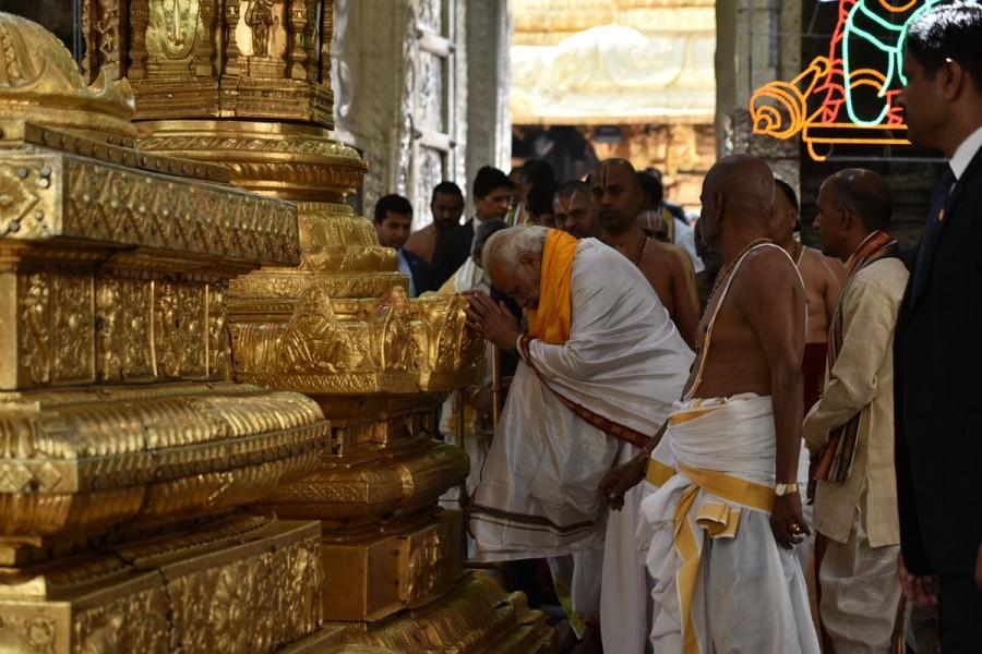 Narendra Modi offers prayers to Lord Venkateswara Swamy,Narendra Modi at Lord Venkateswara Swamy,Narendra Modi at Tirupati,Narendra Modi visits Tirupati,Narendra Modi offers prayers Tirupati,Narendra Modi offer prayers Tirupati