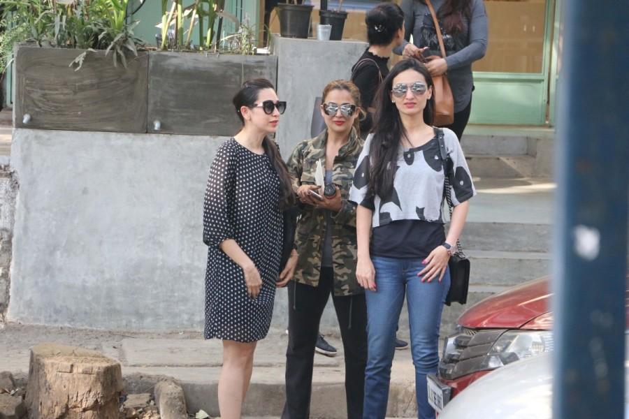 Karisma Kapoor and Amrita Arora,Karisma Kapoor,Amrita Arora,Karisma Kapoor spotted at Bandra,Amrita Arora spotted at Bandra,Karisma Kapoor at Bandra,Amrita Arora at Bandra
