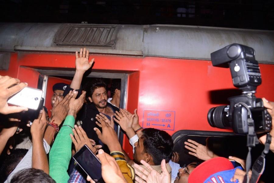 Raees publicity,Raees,Shah Rukh Khan,Shah Rukh Khan rides train,SRK rides train,Raees promotion,Raees movie promotion,Raees movie,Bollywood movie Raees,Raees pics,Raees images,Raees photos,Raees stills,Raees pictures