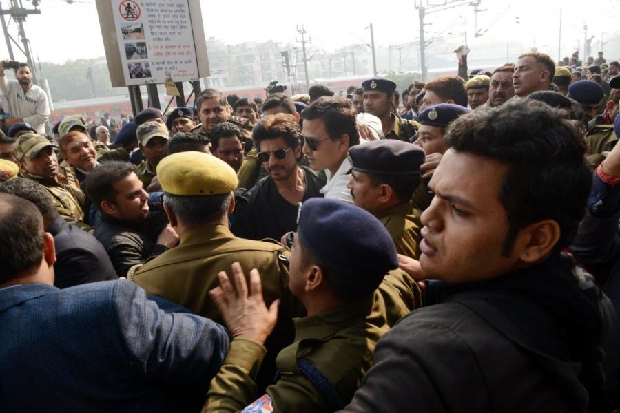 Shah Rukh Khan,actor Shah Rukh Khan,Shah Rukh Khan reaches Delhi from Mumbai,Shah Rukh Khan train,Shah Rukh Khan train ride,Raees,Raees promotion,Raees movie promotion