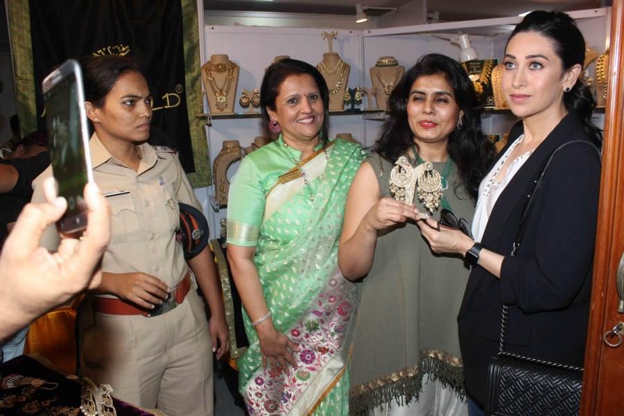 Karisma Kapoor,actress Karisma Kapoor,FICCI Ladies Organization,FLO,FLO Mumbai Magic Bazaar,Atria Mall,Karisma Kapoor latest pics,Karisma Kapoor latest images,Karisma Kapoor latest photos,Karisma Kapoor latest pictures