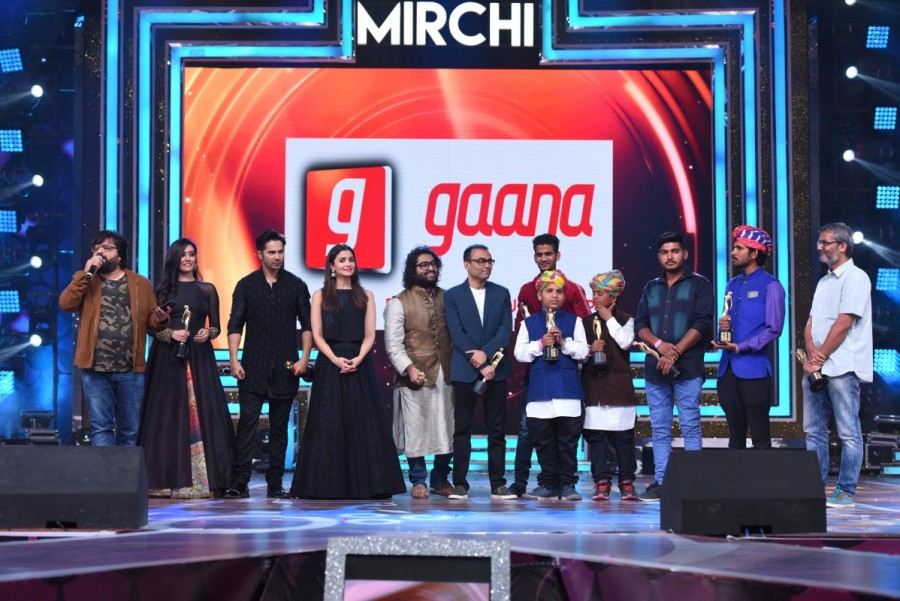 Alia Bhatt,Usha Uthap,9th Royal Stag Mirchi Music Awards,Mirchi Music Awards,Royal Stag Mirchi Music Awards,Alia Bhatt,Anushka Sharma,Diljit Dosanjh,Shilpa Shetty