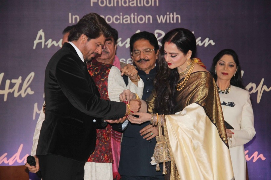 Shah Rukh Khan,4th national Yash Chopra Award,Yash Chopra Award,Rekha,actress Rekha,Shah Rukh Khan with the Yash Chopra Memorial Award,Yash Chopra Memorial Award
