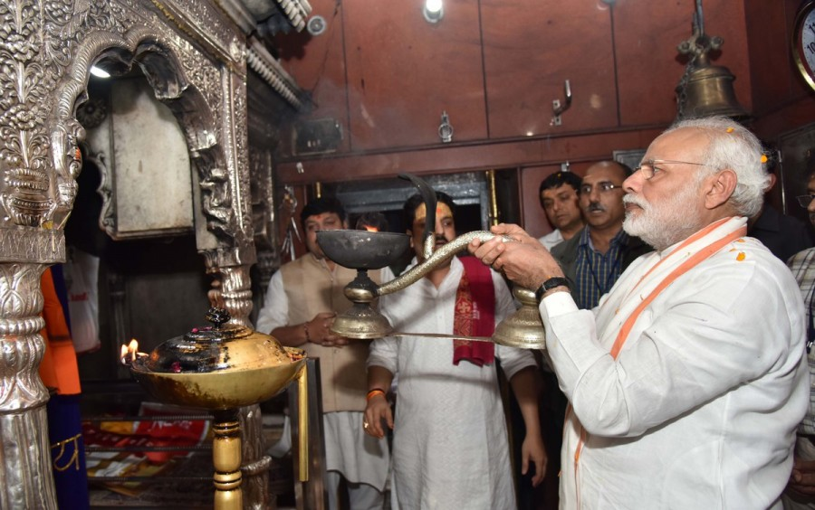 Narendra Modi,Narendra Modi at Varanasi,Narendra Modi at Kaal Bhairav Temple,Kaal Bhairav Temple,Narendra Modi offers prayers at Kaal Bhairav Temple,Narendra Modi offers prayers at Varanasi