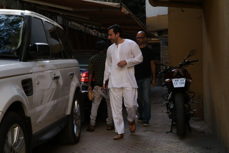Saif Ali Khan,Saif Ali Khan spotted at Bandra,Saif Ali Khan at Bandra,actor Saif Ali Khan,Saif Ali Khan latest pics,Saif Ali Khan latest images,Saif Ali Khan latest photos,Saif Ali Khan latest stills,Saif Ali Khan latest pictures
