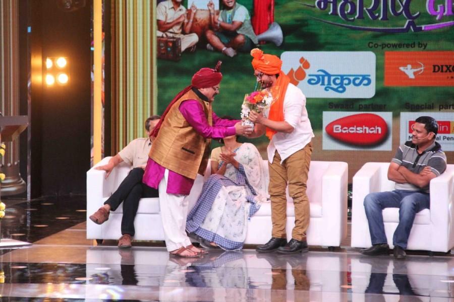 Aamir Khan,Aamir Khan celebrates 52th bithday,Aamir Khan on sets of Chala Hawa Yeu Dya,Chala Hawa Yeu Dya,Chala Hawa Yeu Dya on the sets,Aamir Khan with is wife,Aamir Khan pics,Aamir Khan images,Aamir Khan photos,Aamir Khan stills,Aamir Khan pictures