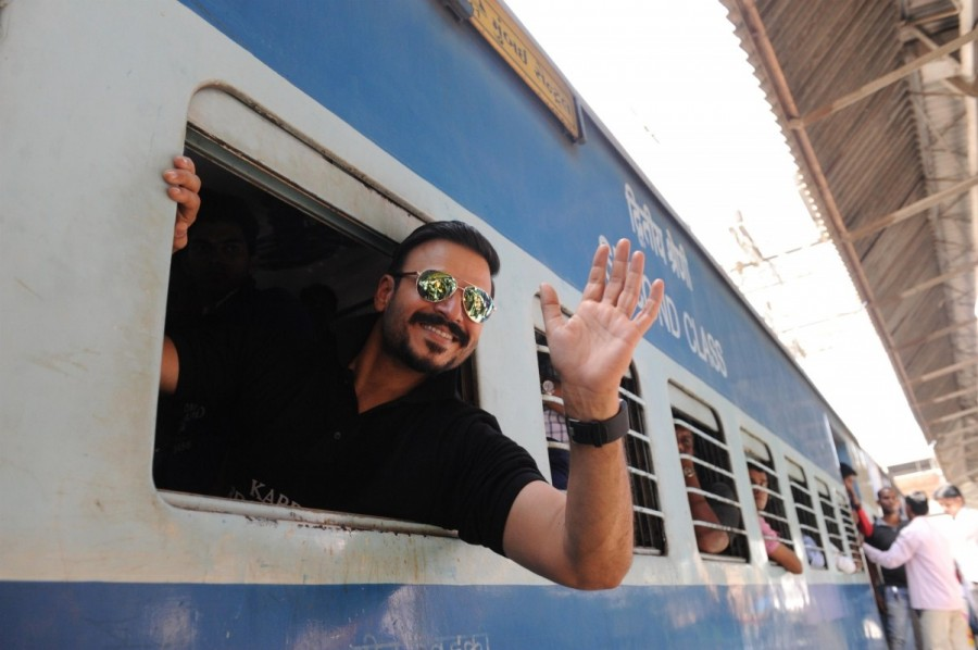 Vivek Oberoi,actor Vivek Oberoi,Karrm Brahmaand,Vivek Oberoi travels in Train,Vivek Oberoi travels in local Train,Vivek Oberoi pics,Vivek Oberoi images,Vivek Oberoi photos,Vivek Oberoi stills,Vivek Oberoi pictures