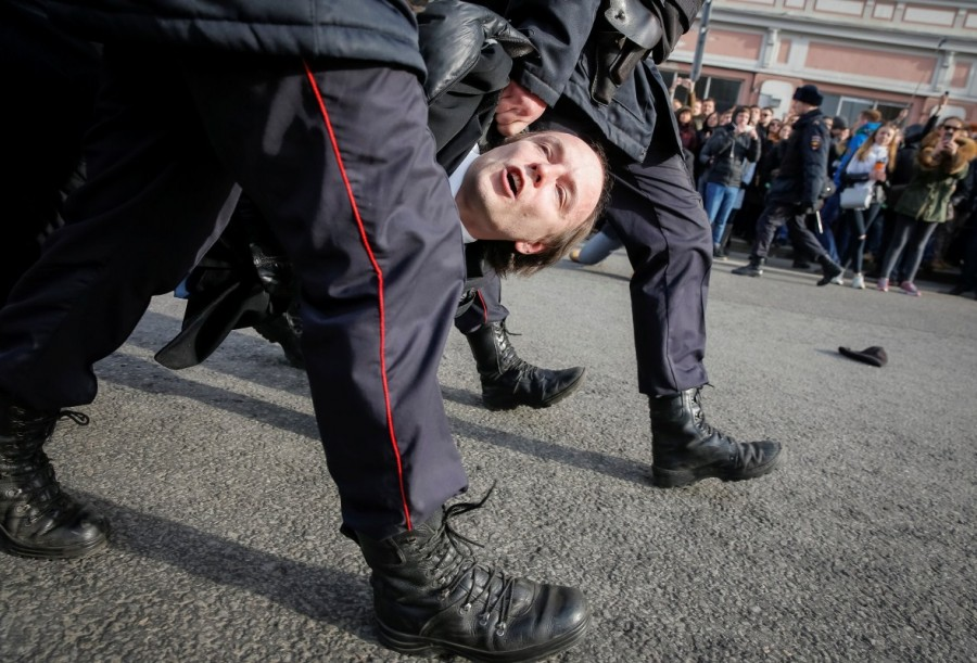 Russian police,police detain protesters,Russian protesters,Alexei Navalny,protesters across Russia,opposition leader Alexei Navalny,demonstrate against corruption,corruption