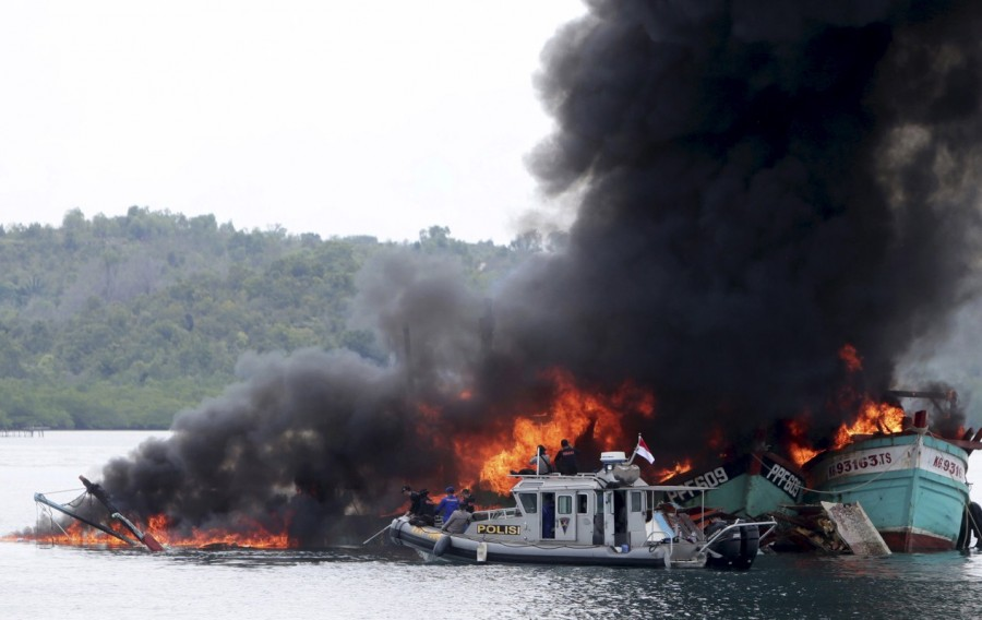 Indonesia,illegal fishing boats,fishing boats,destroys illegal fishing boats,Indonesian navy