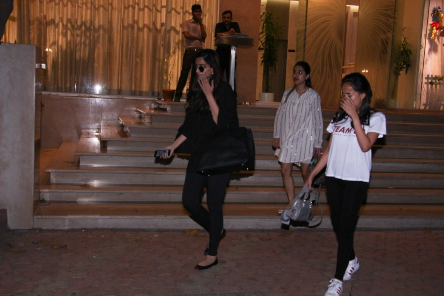 Sonam Kapoor,actress Sonam Kapoor,Sonam Kapoor with her mother,Sonam Kapoor spotted at Bandra,Sonam Kapoor at Bandra,Sonam Kapoor pics,Sonam Kapoor images,Sonam Kapoor stills,Sonam Kapoor pictures,Sonam Kapoor photos