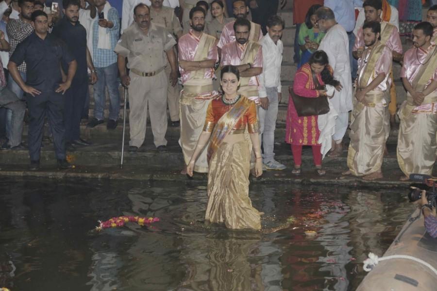 Kangana Ranaut,Kangana Ranaut performs Ganga Aarti,.Ganga Aarti,Manikarnika,Varanasi,Manikarnika - The Queen Of Jhansi,Actress Kangana Ranaut,Bollywood Actress Kangana Ranaut