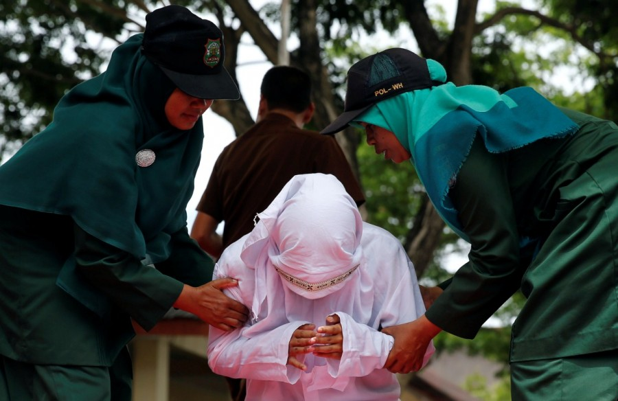 Gay sex,gay sex in Indonesia,Two men publicly caned,Indonesia for having gay sex,Two men caned 83 times for gay sex,Two men caned 83 times