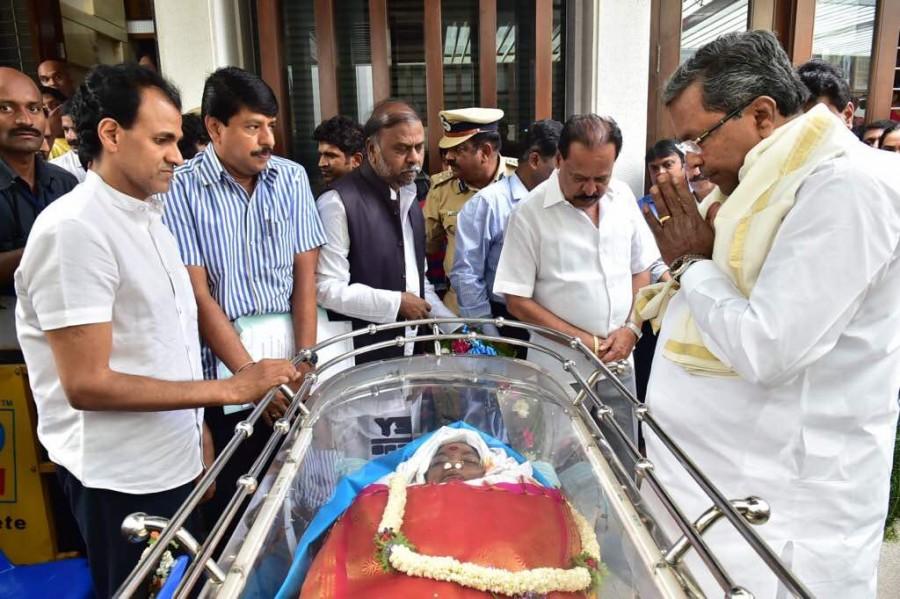 Siddaramaiah,CM Siddaramaiah,Parvathamma Rajkumar,Parvathamma,producer parvathamma rajkumar,producer Parvathamma Rajkumar,Parvathamma Rajkumar dead,Parvathamma Rajkumar death