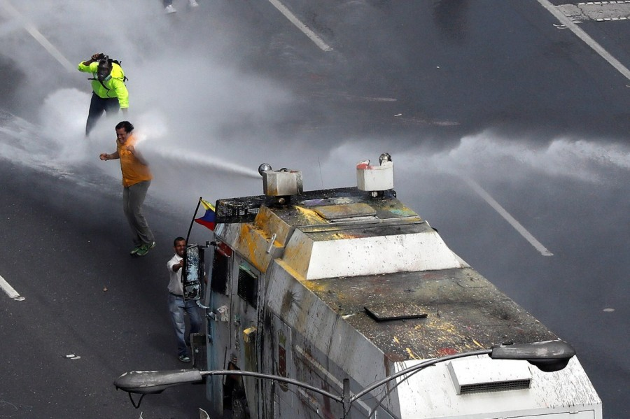 Venezuela turns water cannons,Venezuela,Venezuela riot police,water cannons,anti-government protesters,protesters