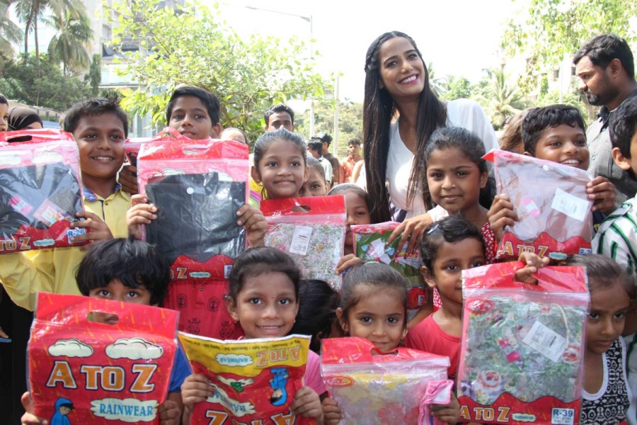 Poonam Pandey,actress Poonam Pandey,Poonam Pandey distribute raincoats to street children,Poonam Pandey distribute raincoats,Poonam Pandey new pics,Poonam Pandey new images,Poonam Pandey new stills,Poonam Pandey new PICTURES,Poonam Pandey new photos