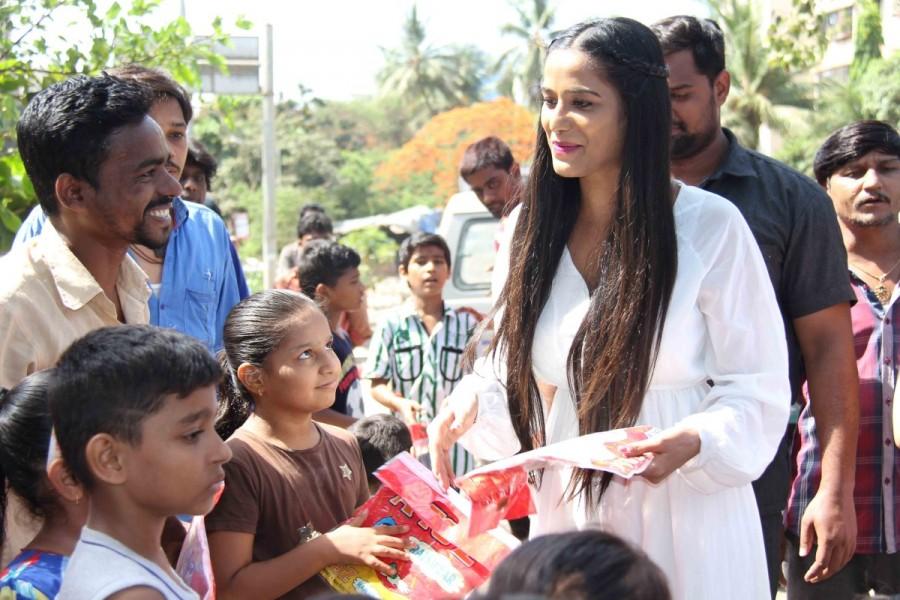Poonam Pandey,actress Poonam Pandey,Poonam Pandey distribute raincoats to street children,Poonam Pandey distribute raincoats,Poonam Pandey new pics,Poonam Pandey new images,Poonam Pandey new stills,Poonam Pandey new PICTURES,Poonam Pandey new photos