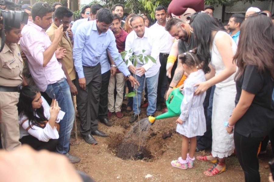Sanjay Dutt supports tree plantation,Sanjay Dutt,1000 tree plantation,BMC garden,actor Sanjay Dutt,Sanjay Dutt pics,Sanjay Dutt images,Sanjay Dutt stills,Manyata Dutt,Shahraan,Iqra Dutt