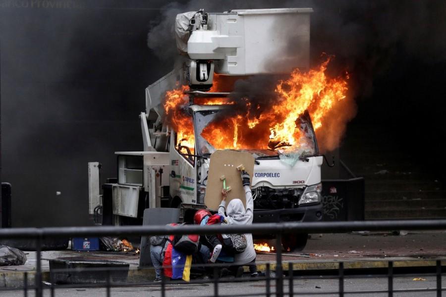 Venezuela,Venezuela capital,Violence engulfs Venezuela,teenage protester dies,Riot security forces