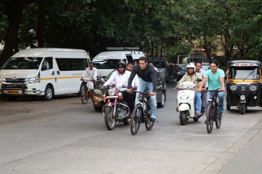 Salman Khan,actor Salman Khan,Salman Khan rides cycle,Salman Khan rides cycle on Bandra streets,Salman Khan cycle ride,Salman Khan cycle ride pics,Salman Khan cycle ride images,Salman Khan cycle ride stills,Salman Khan cycle ride pictures