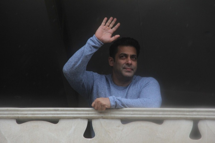 Salman Khan,actor Salman Khan,Salman Khan greets fans outside,Eid Mubarak,Salman Khan wishes Eid Mubarak,salman khan at his residence