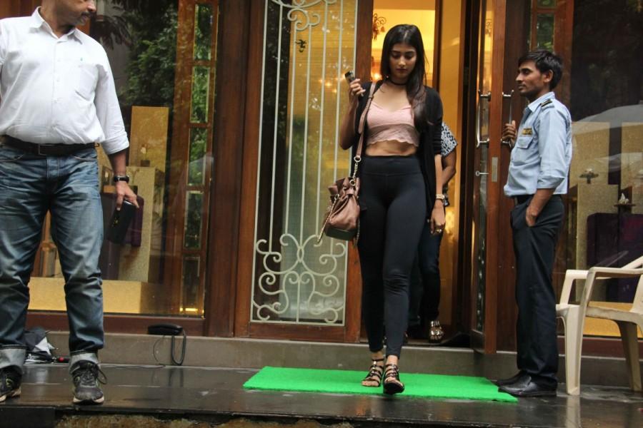 Pooja Hegde,actress Pooja Hegde,Pooja Hegde spotted at Bandra,Pooja Hegde at Bandra,Pooja Hegde with family,Pooja Hegde with family at Bandra