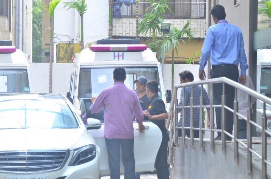 Hritik Roshan,actor Hritik Roshan,Hritik Roshan at Hinduja hospital,Hritik Roshan snapped at Hinduja hospital