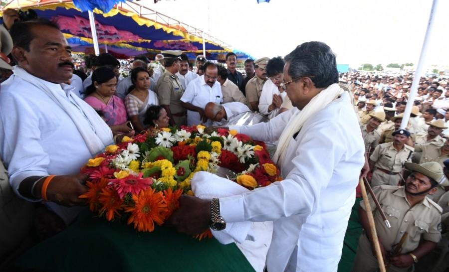 CM Siddaramaiah,Siddaramaiah,Dharam Singh,last respect to Dharam Singh,Siddaramaiah pays last respect to Dharam Singh,Dharam Singh dead,Dharam Singh died