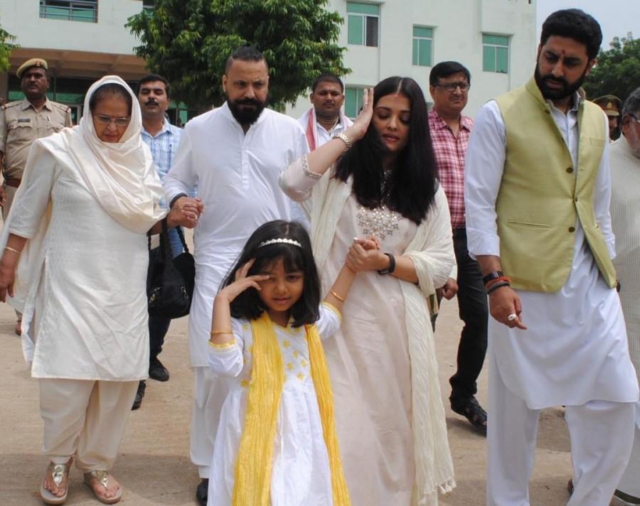 Aishwarya Rai,Aishwarya Rai Bachchan,Aishwarya Rai visits holy Sangam,Abhishek Bachchan,actor Abhishek Bachchan