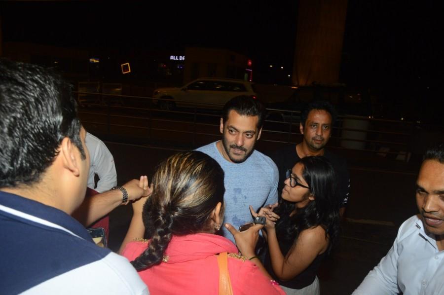 Salman Khan,Salman Khan snapped at Mumbai Airport,Salman Khan spotted at Mumbai Airport,Salman Khan at Mumbai Airport,Salman Khan at Airport,actor Salman Khan