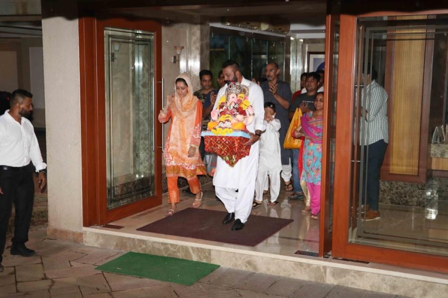 Ganesh Visarjan,Sanjay Dutt,Sanjay Dutt and family bid adieu,Lord Ganesha,Sanjay Dutt bid adieu to Lord Ganesha,Sanjay Dutt Ganesh Visarjan