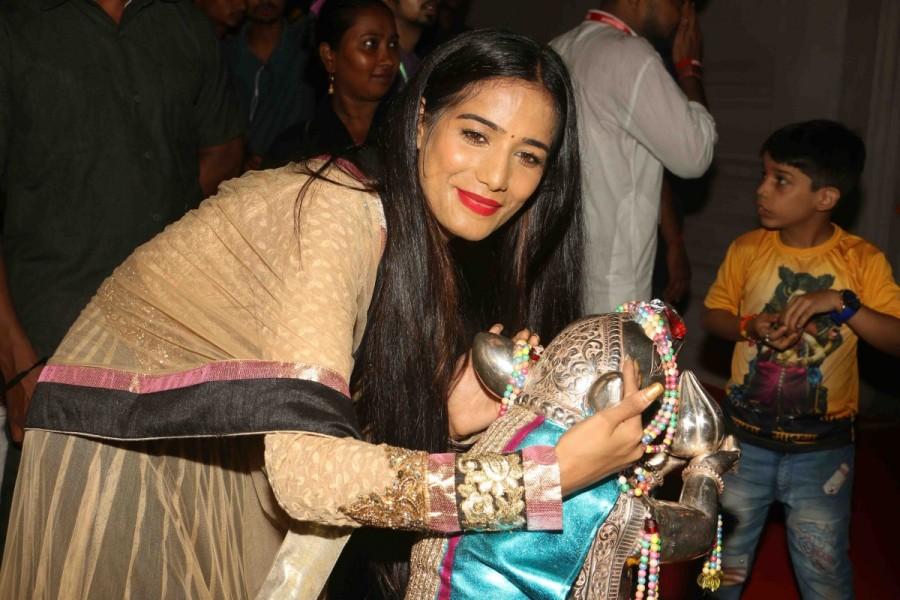 Poonam Pandey,actress Poonam Pandey,Poonam Pandey visits Andheri Ka Raja,Andheri Ka Raja,Ganpati mandal,Poonam Pandey at Ganpati mandal