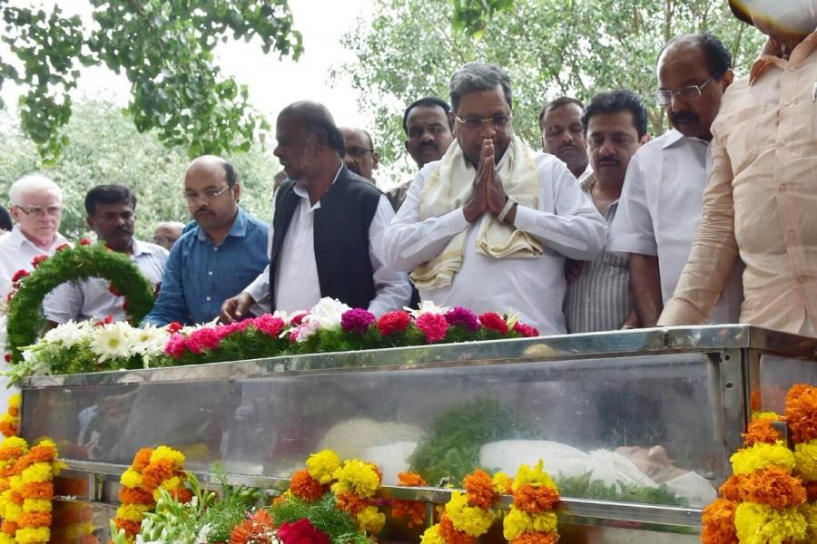 Siddaramaiah,CM Siddaramaiah,Karnataka CM Siddaramaiah,Siddaramaiah pays respects to Gauri Lankesh,Gauri Lankesh,Gauri Lankesh dead,Siddaramaiah respects Gauri Lankesh,Siddaramaiah last respects to Gauri Lankesh