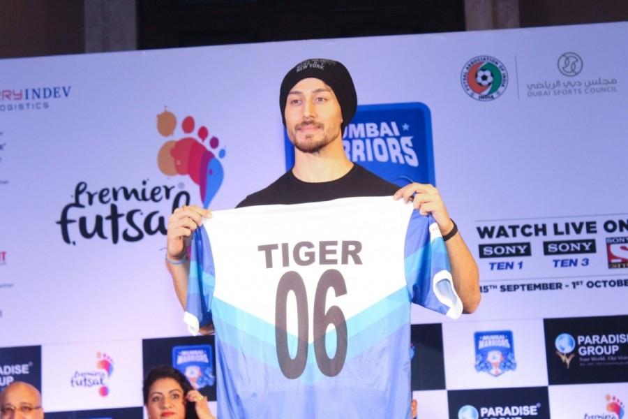 Tiger Shroff,actor Tiger Shroff,Mumbai Warriors Season 2 Jersey,Mumbai Warriors,Mumbai Warriors Jersey,Tiger Shroff launches  Mumbai Warriors Jersey