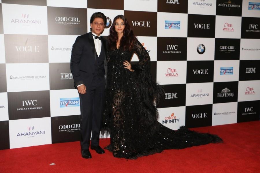 Shah Rukh Khan hugs Aishwarya Rai Bachchan,Shah Rukh Khan hugs Aishwarya Rai,Shah Rukh Khan,Aishwarya Rai Bachchan,Aishwarya Rai,Vogue Women of the Year Awards 2017,Vogue Women of the Year Awards,Celebs at Vogue Women of the Year Awards 2017