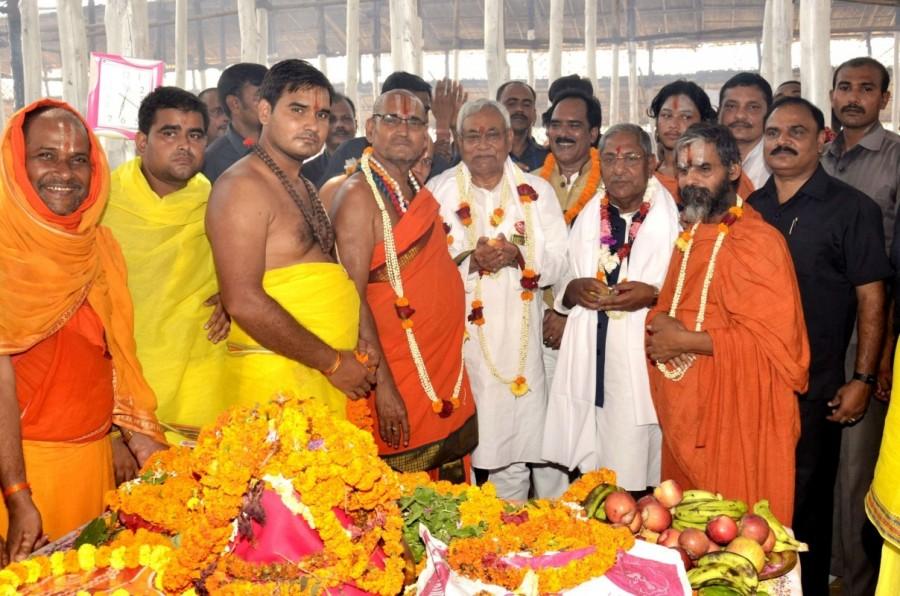 Bihar Chief Minister Nitish Kumar,Nitish Kumar,Bihar CM Nitish Kumar,Ramanuj Swami Maharaj,Ramanuj Swami Maharaj birthday,Ramanuj Swami Maharaj birth anniversary,Ramanuj Swami Maharaj birth anniversary celebrations