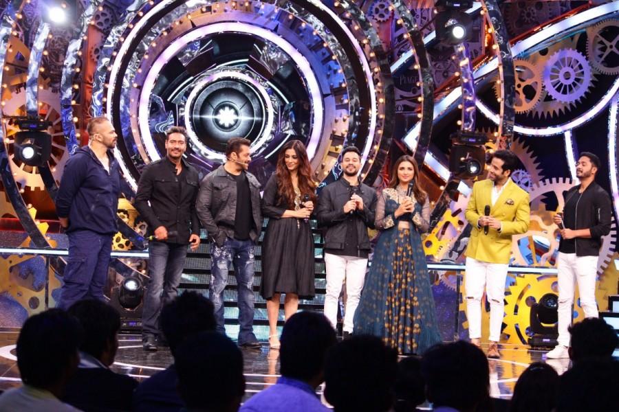Ajay Devgn,Tabu,Rohit Shetty,Shreyas Talpade,Parineeti Chopra,Kunal Khemu and Tushar Kapoor,Golmaal Again Team,Weekand ka Vaar,Bigg Boss 11