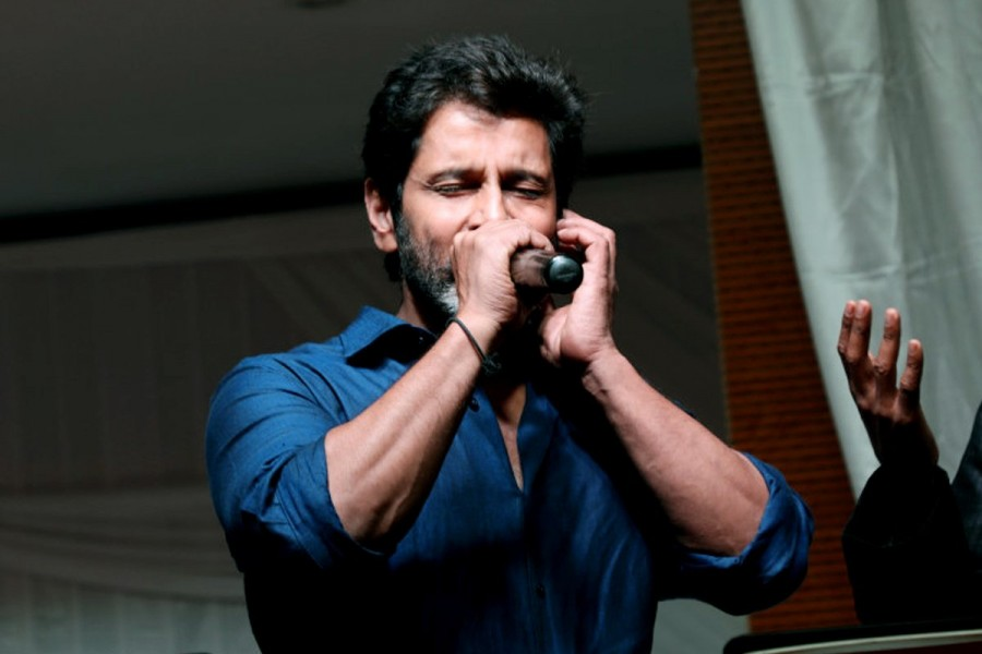 Chiyaan Vikram,Vikram,Chiyaan Vikram sings,Vikram sings,Chiyaan Vikram sings at Akshita wedding reception,Akshita wedding reception,Akshita wedding reception pics,Akshita wedding reception images,Akshita wedding reception stills,Akshita wedding reception