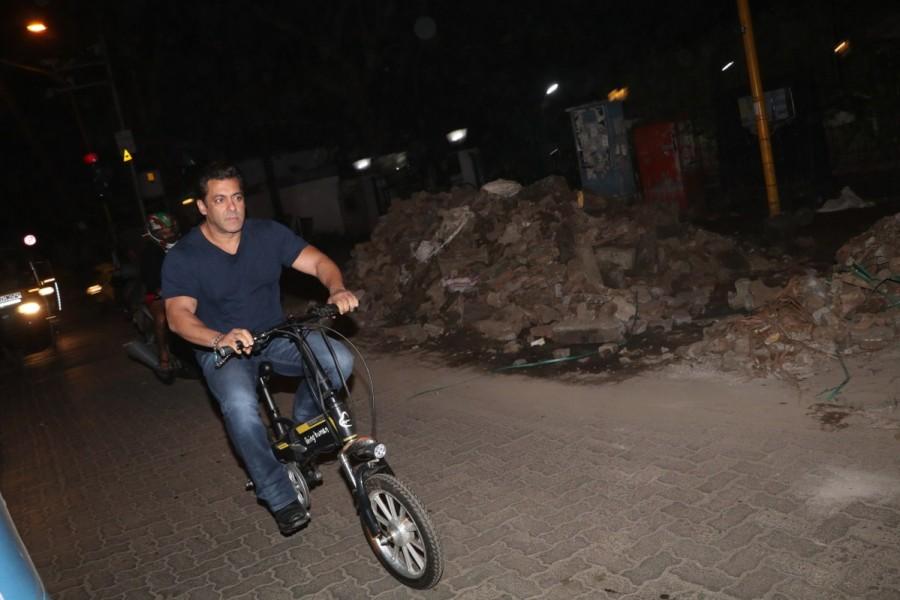 Salman Khan,actor Salman Khan,Salman Khan rides E-Cycle,Salman Khan rides Cycle,Salman Khan Cycle,Tiger Zinda Hai,Tiger Zinda Hai star Salman Khan