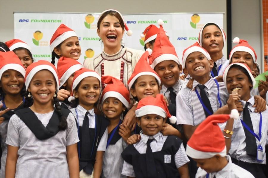 Jacqueline Fernandez,actress Jacqueline Fernandez,Jacqueline Fernandez Christmas celebration,Jacqueline Fernandez Christmas with NGO kids,Race 3 actress