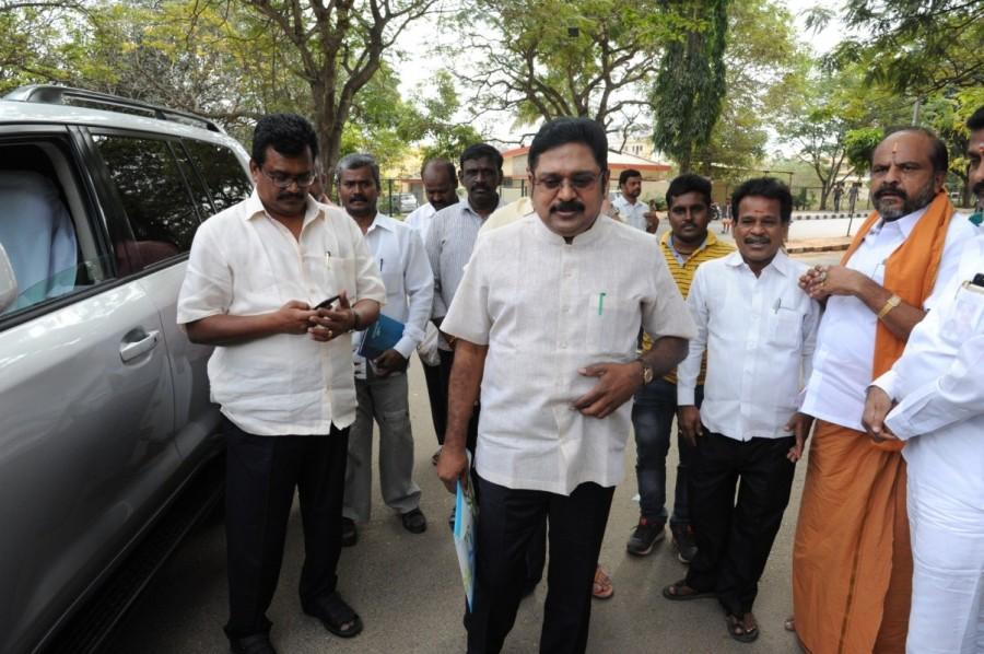 TTV Dinakaran,AIADMK leader TTV Dinakaran,Sasikala,Dinakaran meets Sasikala