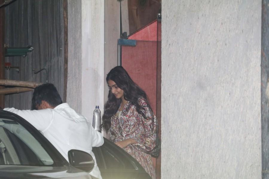 Sonam Kapoor,Sonam Kapoor visits clinic,Sonam Kapoor at Bandra,Sonam Kapoor in Bandra,Sonam Kapoor latest pics,Sonam Kapoor latest images,Sonam Kapoor latest stills,Sonam Kapoor latest pictures,Sonam Kapoor latest photos