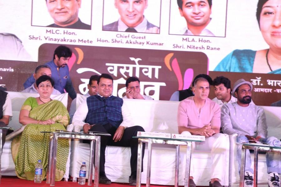 PadMan,PadMan actor Akshay Kumar,Sanitary Pad Machine,CM Devendra Fadnavis,Devendra Fadnavis,Maharashtra CM Devendra Fadnavis,Versova Festival